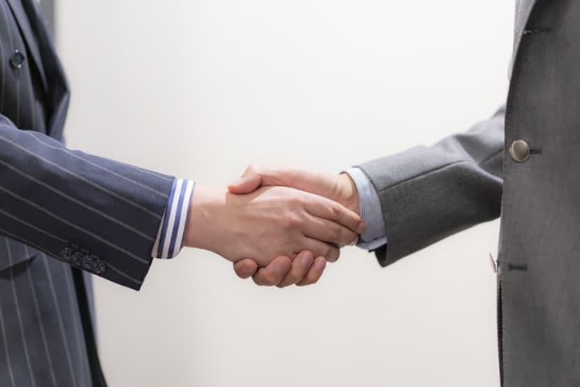 握手しているサラリーマン