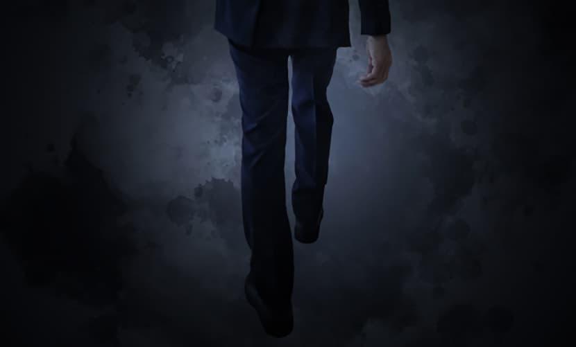 暗い道を歩くサラリーマン